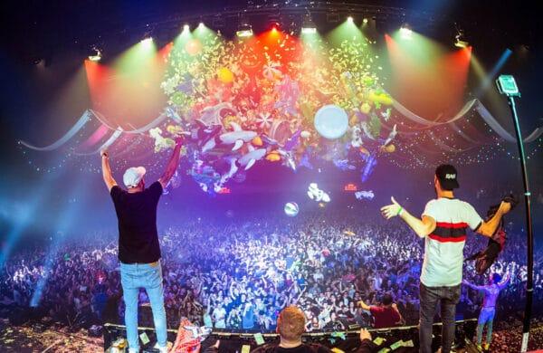 Fallende Luftballons und Vorhänge